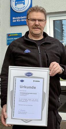 Steffen Seibert mit Dekra-Urkunde